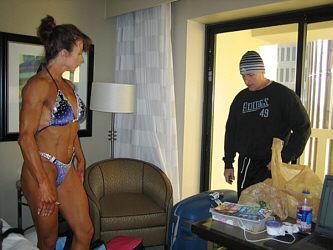 Katien valmentaja Mike Davies kävi katsomassa valmennettavansa kuntoa.